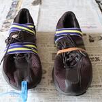 接着剤が固まり強度が出るまで固定する。靴用接着剤でく靴底のはがれを補修。
