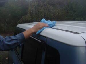 マイククロスで拭き上げる。水滴が残らないように、一方向に拭いていくのがコツ。