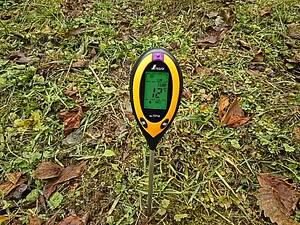 土壌酸度計A。地温12℃。土はドライ、と出ています。