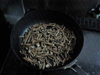鉄のフライパンで焙煎する:たんぽぽコーヒーの作り方